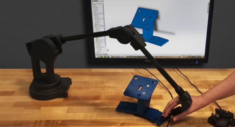 یک CMM قابل حمل در حال جمع آوری اندازه های یک جسم به روش تماسی